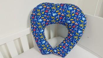 Almofada de amamentação - Brinquedos fundo azul